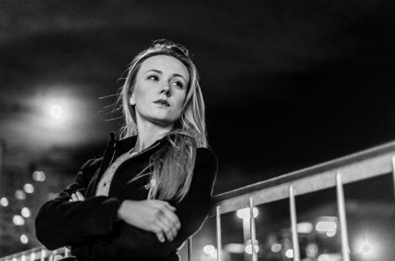Kobieta pod osłoną nocy